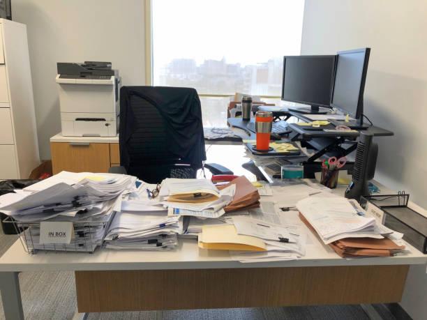 chaotic desk in office - desarrumação imagens e fotografias de stock