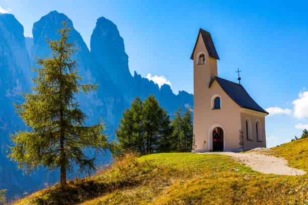 Kapelle von San Maurizio auf dem Grödner passant, Südtirol, Italien.  Blick auf den Weg zu der kleinen weißen Kapelle San Maurizio und Dolomiti Berg. San Maurizio Kapelle am Grödenpass, Südtirol, Italien. – Foto