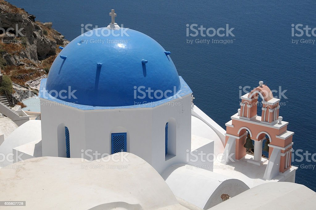 Chapel on the cliffs of Santorini - foto de stock