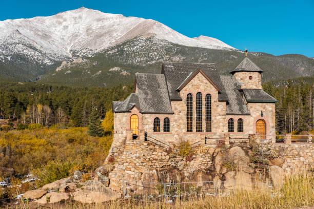 chapel on the rock near estes park in colorado - estes park foto e immagini stock