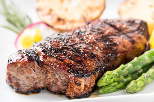char gegrilde steak van new york - strip steak stockfoto's en -beelden