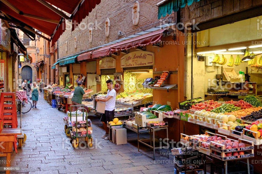 82bce412df6 Lojas de alimentação característico no centro histórico de Bolonha foto  royalty-free
