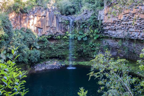 Charakteristischen Felsen und einem kleinen Wasserfall im Nationalpark Puyehue in Südchile – Foto