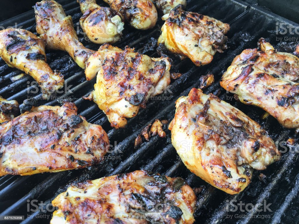 Chicken Gasgrill : Charbroiled barbecue chicken cooking on gas grill stock photo