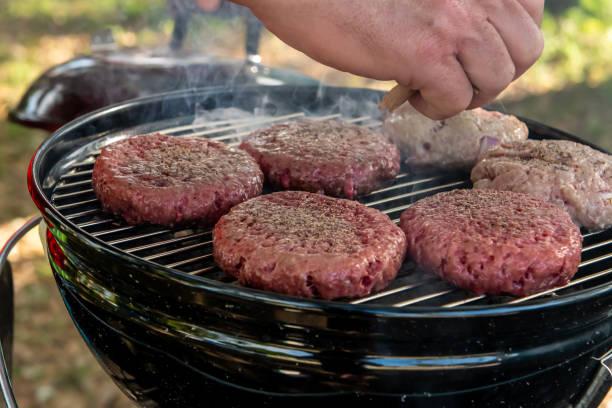 houtskool barbecue op camping. - foto's van hands stockfoto's en -beelden