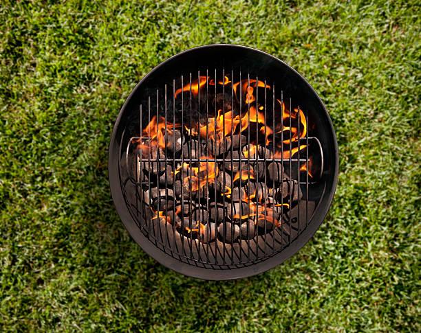 charcoal bbq in the backyard on grass - gitter stock-fotos und bilder