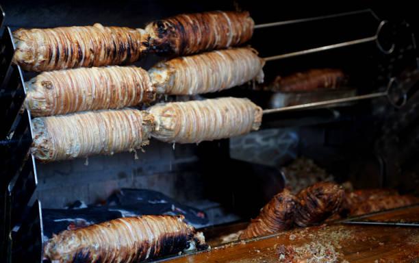 holzkohle gegrillt gewürzte hammelfleisch darm-kokoreç - innereien stock-fotos und bilder