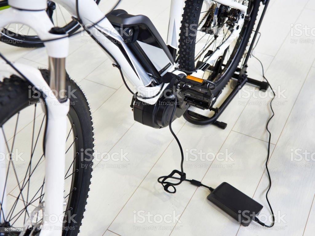 Bicicleta eléctrica de batería de carga - foto de stock