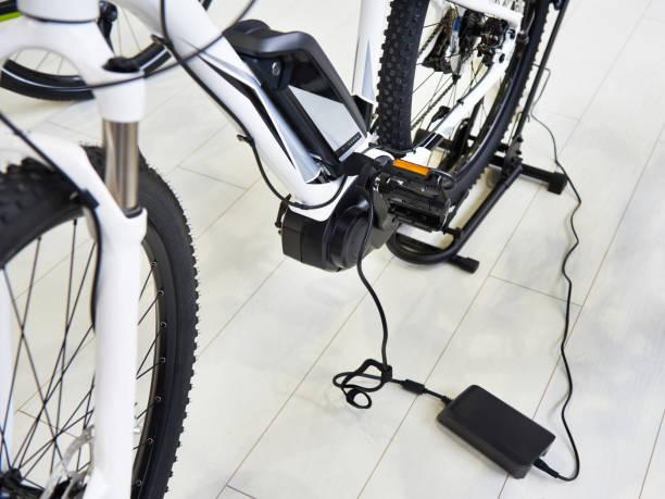 kostenlos-batterie-elektro-bike - elektrorad stock-fotos und bilder
