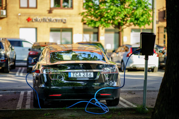 laddningsstation för elbil på laddstationen parkerad tesla på heden, göteborg - elbilar laddning sverige bildbanksfoton och bilder
