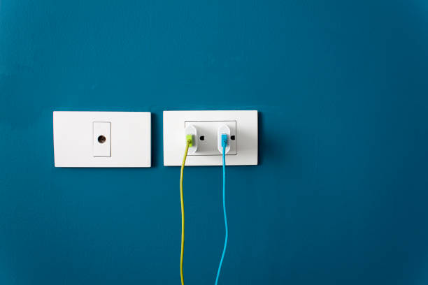 chargez la batterie pour le smartphone sur mur - équipement domestique photos et images de collection