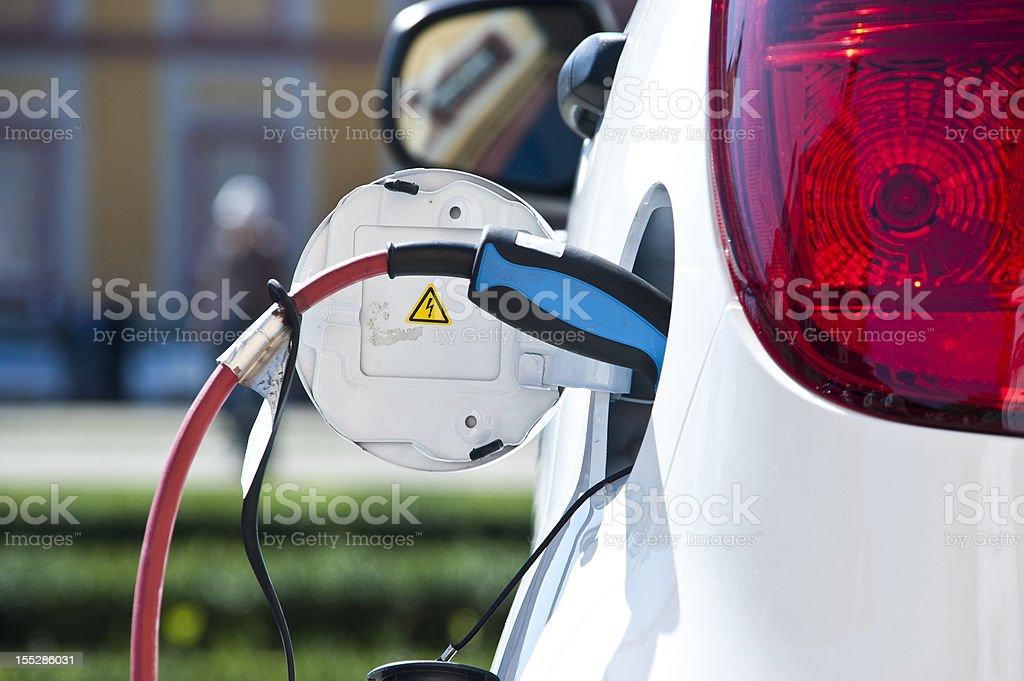 Gebühr white electric car - Lizenzfrei Aufladen Stock-Foto