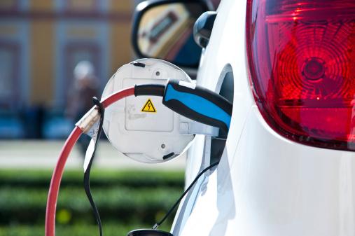 Gebühr White Electric Car Stockfoto und mehr Bilder von Aufladen