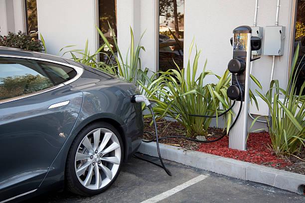 Charger une voiture électrique - Photo