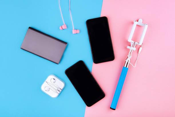 usb ile şarj kabloları için smartphone ve tablet - kişisel aksesuar stok fotoğraflar ve resimler