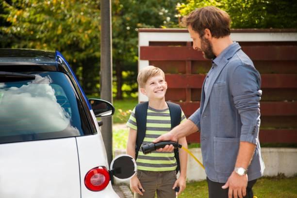 charging electric car - automobile con biodiesel foto e immagini stock
