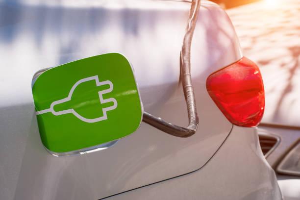 Das Elektroauto in der Station aufladen. Konzept für erneuerbare Energien – Foto