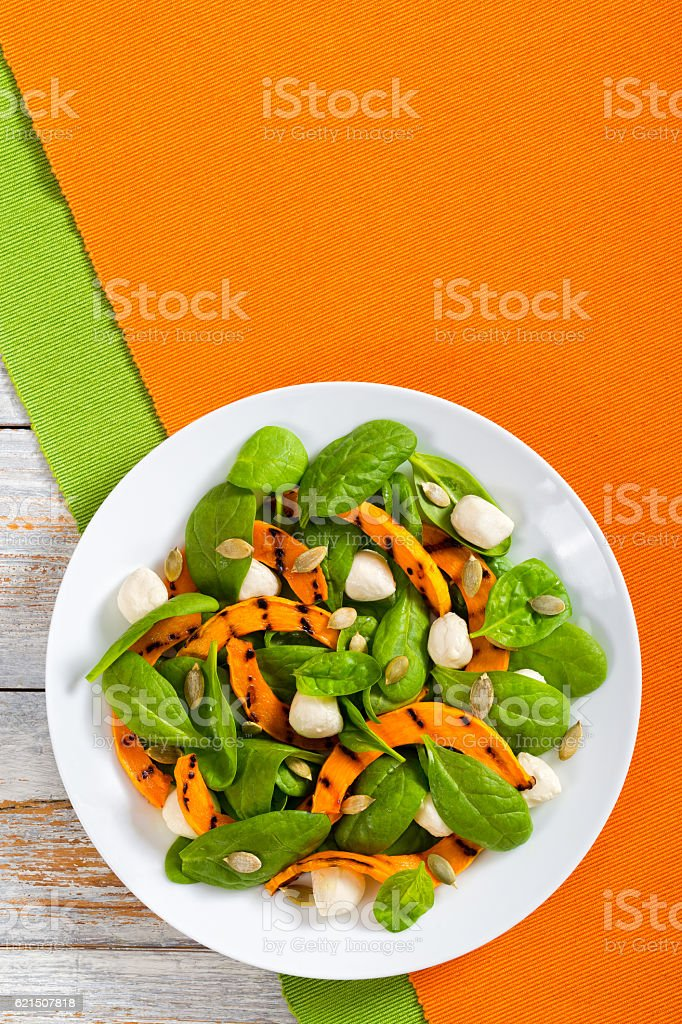 Chargrilled pumpkin, mini mozzarella and spinach salad foto stock royalty-free