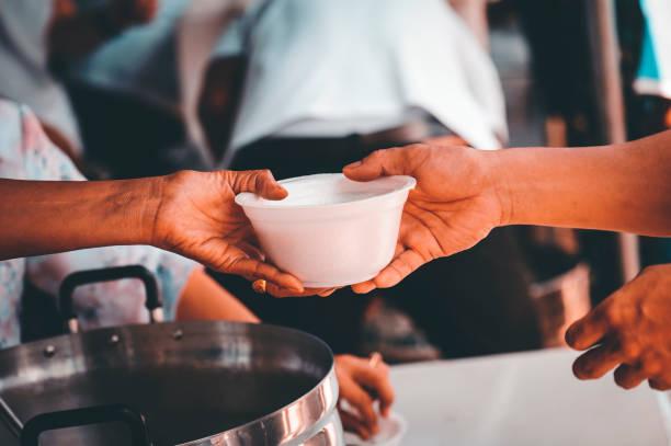 Charity Food, Food for the poor hungry volunteers offering food to help the homeless : die Idee, Hilfe von Mitmenschen zu bekommen – Foto