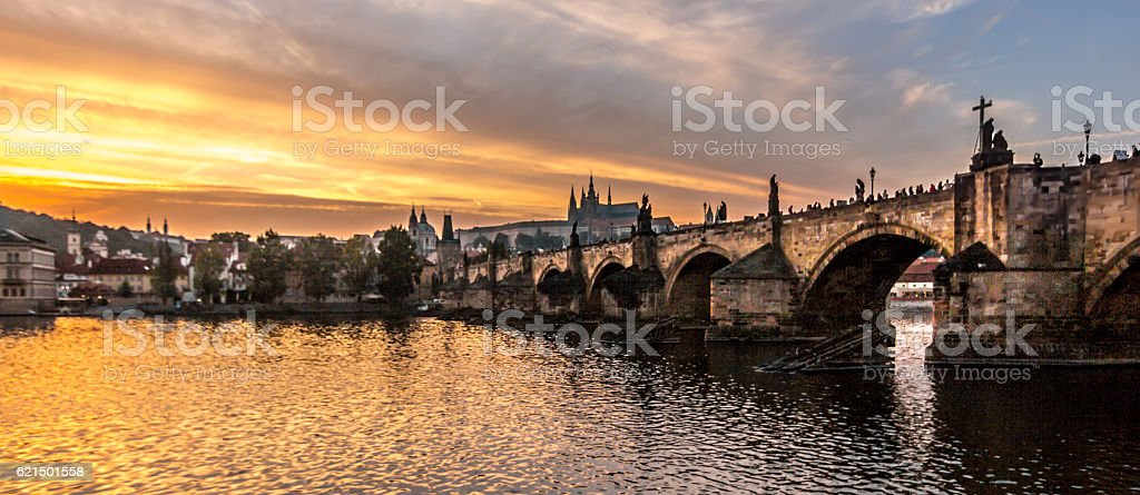 Pont Charles et château de Prague depuis Lavka photo libre de droits