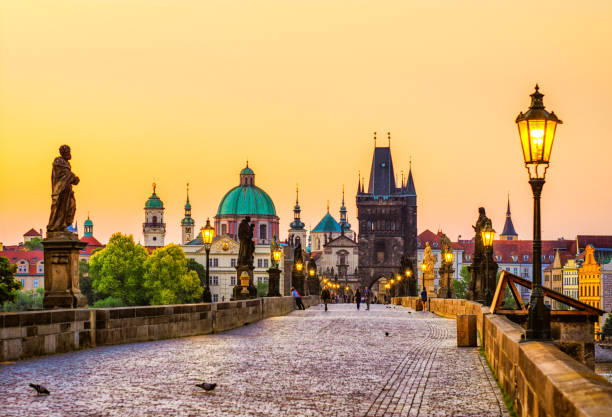 charles bridge (karluv most) in prague at golden hour. czech republic - чехия стоковые фото и изображения