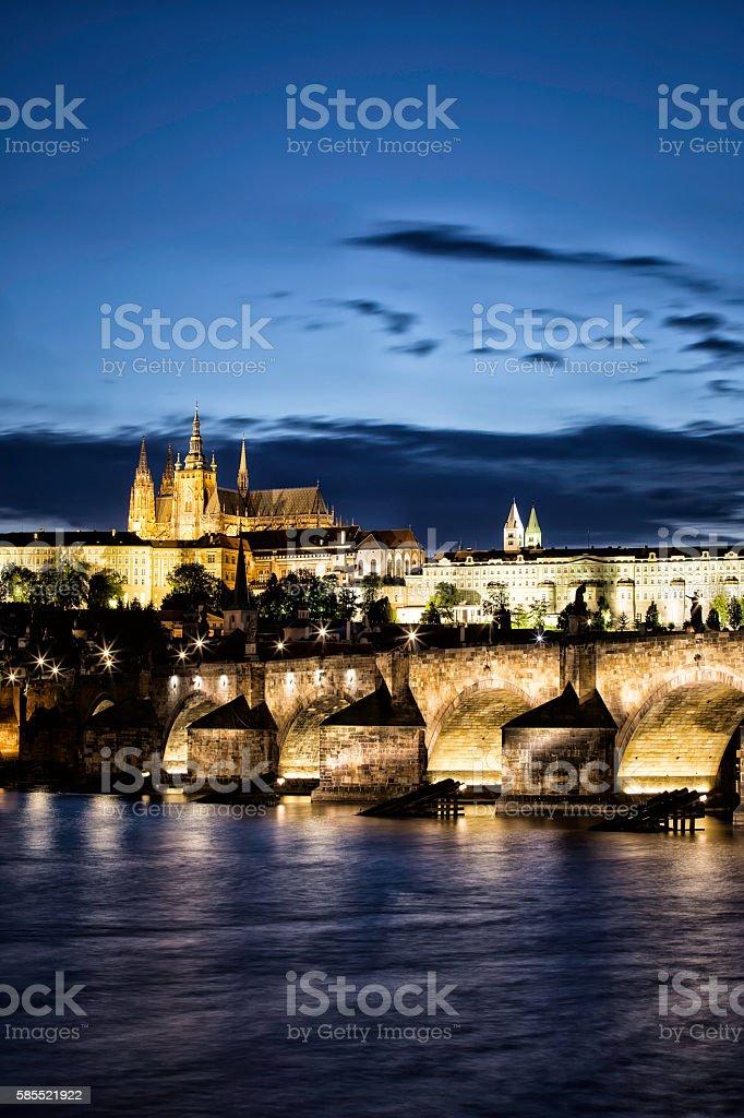 Charles Most w Pradze w nocy  – zdjęcie