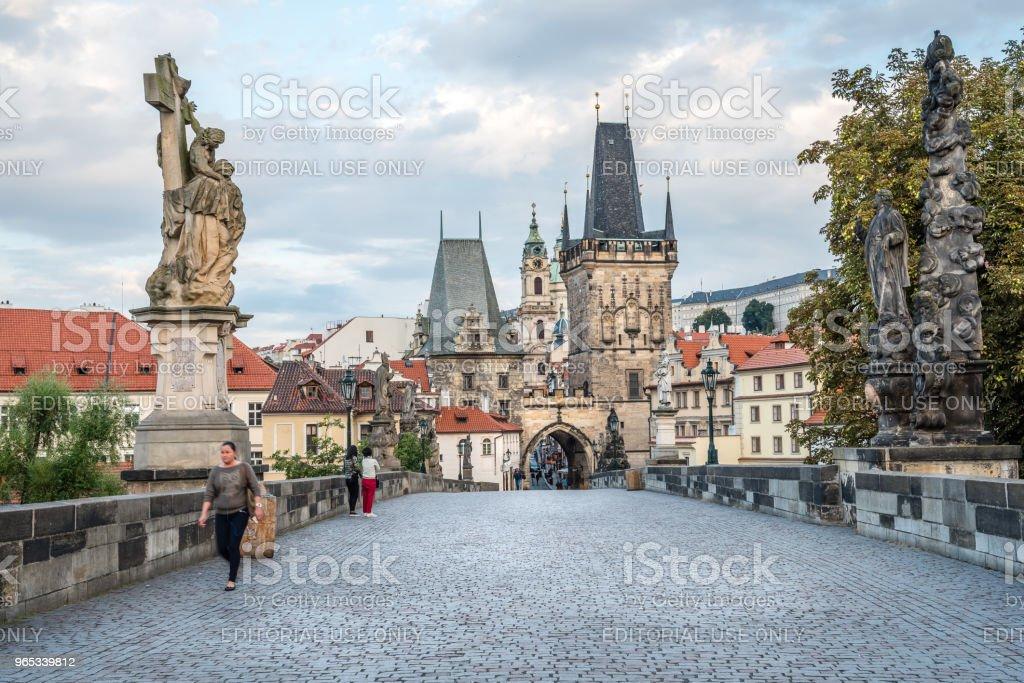 查理斯橋樑與人反對布拉格城堡和天空 - 免版稅人圖庫照片