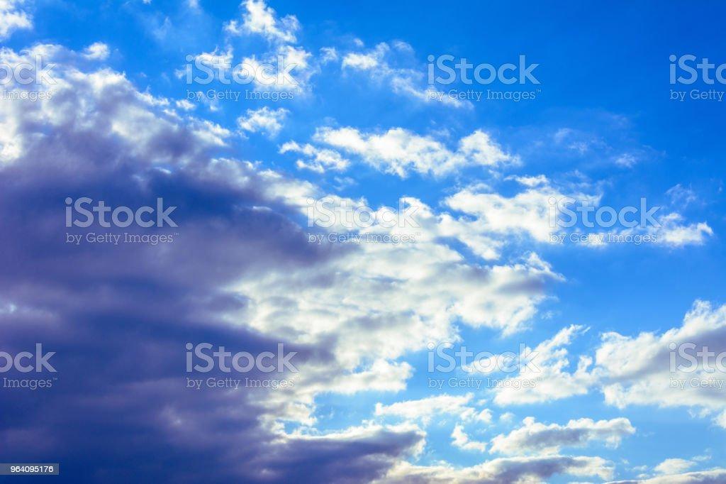 その周りに浮かぶ素晴らしい素敵な雲と魅力的な青い空 - ふわふわのロイヤリティフリーストックフォト