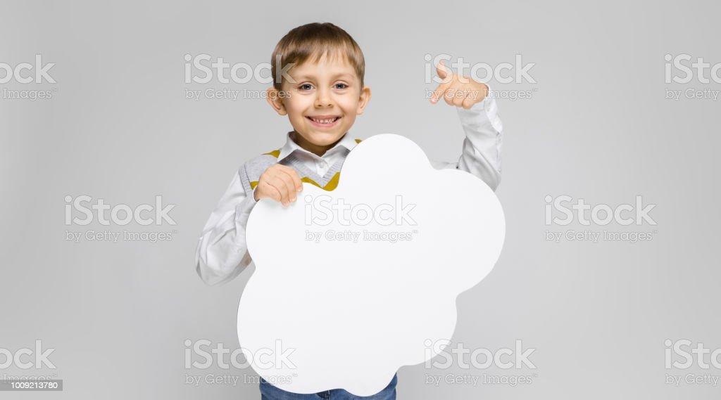 3b756c723 Un Chico Encantador En Una Camisa Blanca Tapa Del Tanque De Rayas Y ...