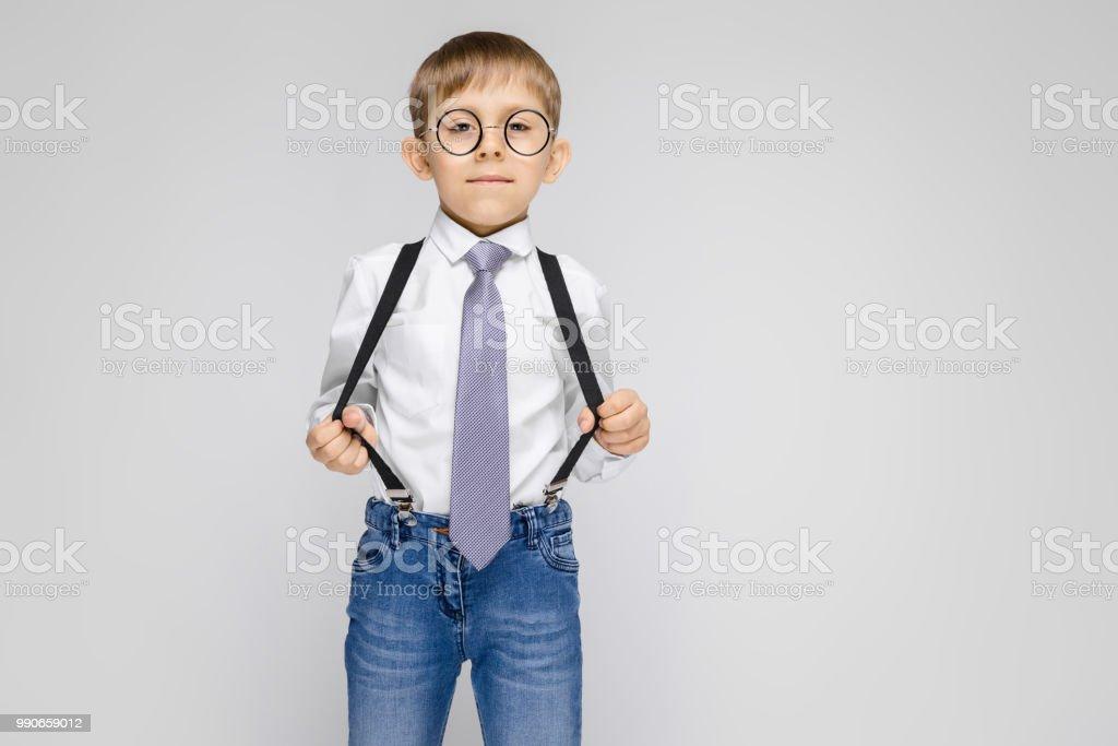 b01506551 Un Chico Encantador En Una Camisa Blanca Tirantes Corbata Y Jeans ...