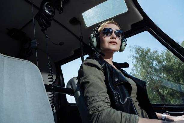 charmante weibliche hubschrauberpilot passagier warten - militärisches training stock-fotos und bilder