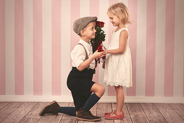 charmantes mädchen und ihre zukunft mann - verlobung was schenken stock-fotos und bilder