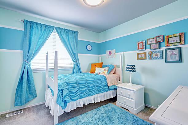 schöne mädchen-zimmer in blauen farben innenraum - teppich hellblau stock-fotos und bilder