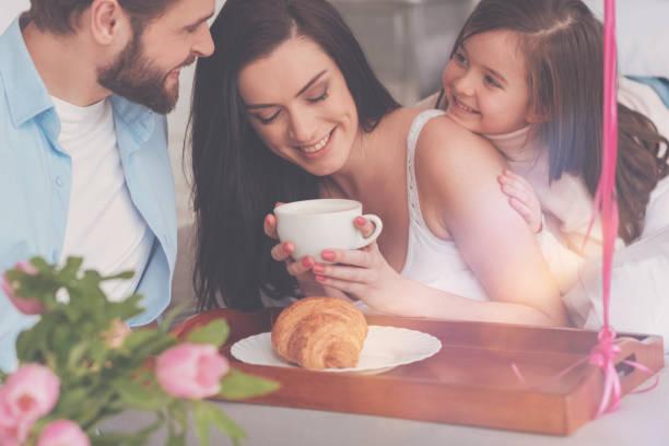 charmante inspiriert frau glücklich, solch eine familie - marvel schlafzimmer stock-fotos und bilder