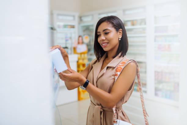 Charmante internationale Mädchen zu Besuch moderne Drogerie – Foto