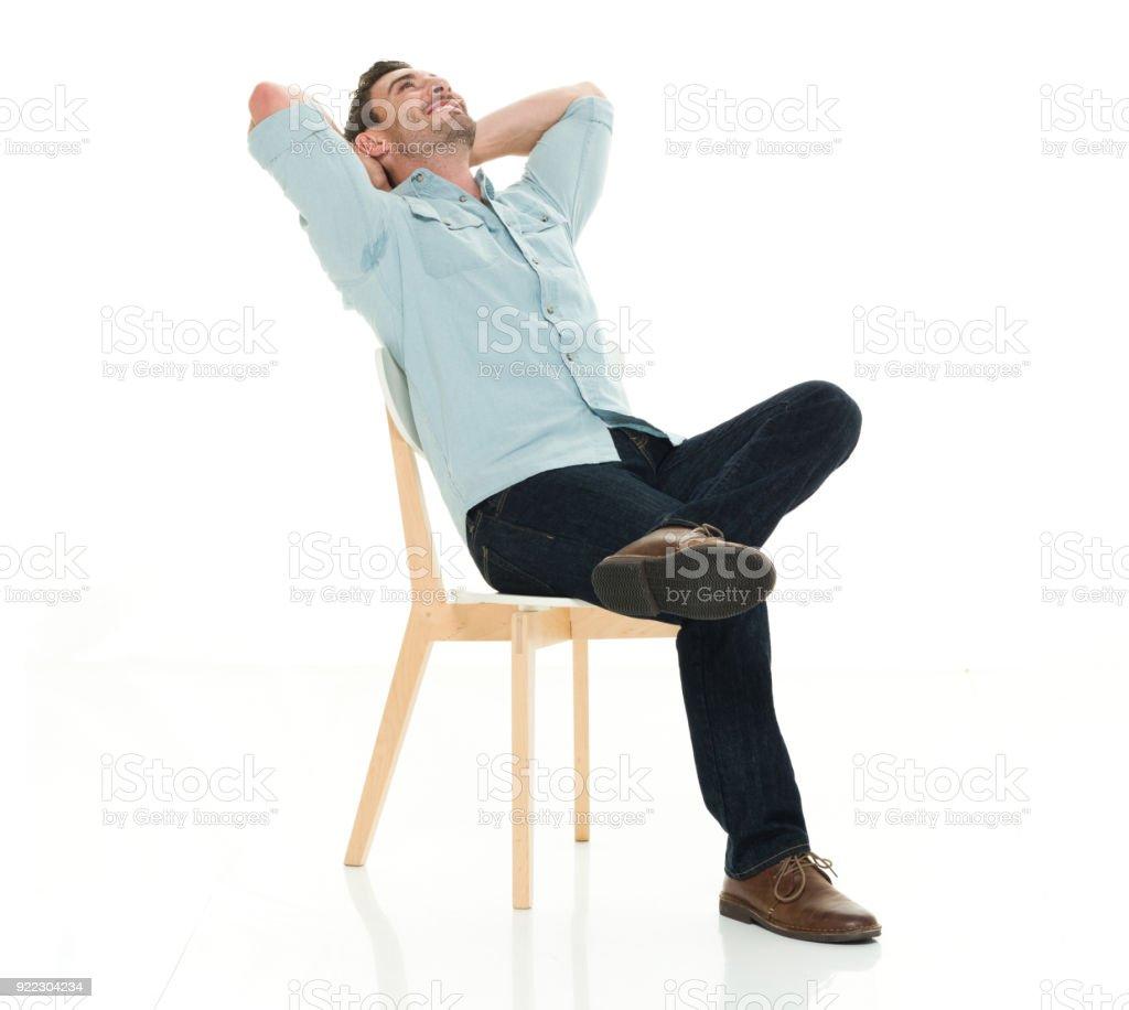 Charmanten Mann sitzt entspannend – Foto