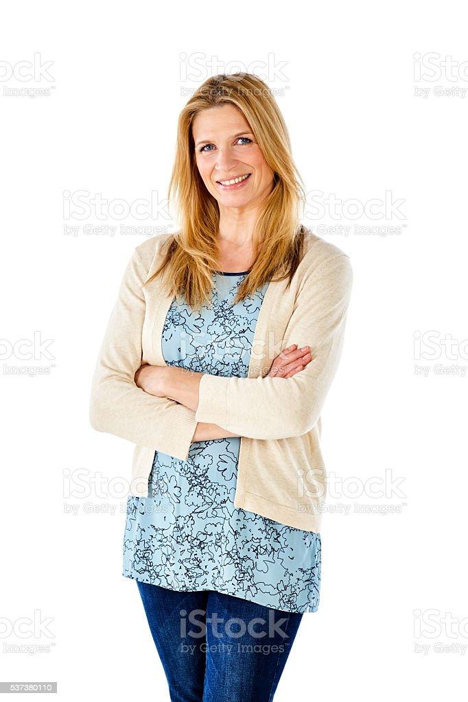 Charmante femme mature debout avec les bras croisés - Photo