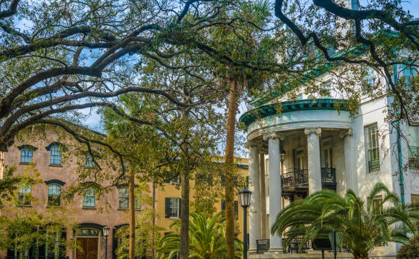 Charming parklike square (among the 22 squares) in the historic district of Savannah, Georgia, USA Charming parklike square (one of twenty two such squares) in the historic district of Savannah, Georgia, USA southern charm stock pictures, royalty-free photos & images