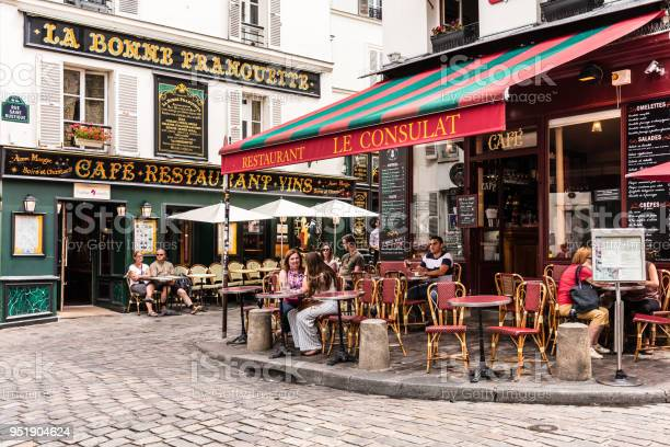 Photo libre de droit de Charmant Restaurant Le Consulat Sur La Colline De Montmartre Paris France banque d'images et plus d'images libres de droit de Architecture