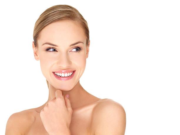 Charmante Sexy Nackte Frau lächelnd auf Ihrer linken Seite. – Foto