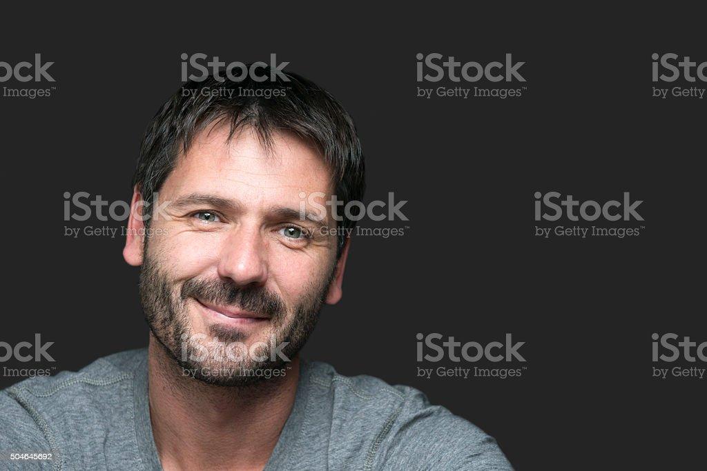 Encantador sonriente retrato aislado sobre gris - foto de stock