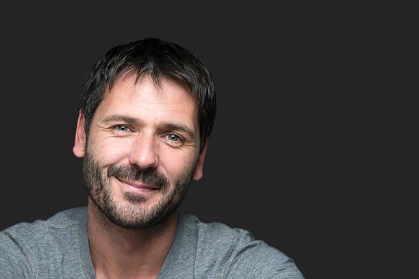 Charmant homme souriant portrait isolé sur gris - Photo