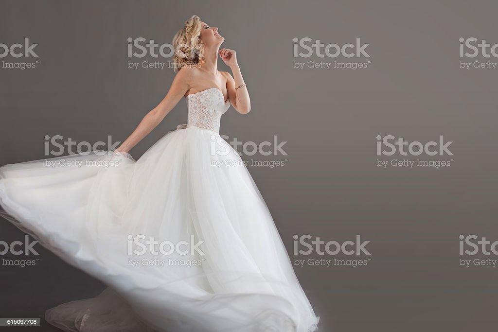 novia encantadora joven en lujo Boda dress. Muchacha bonita en - foto de stock