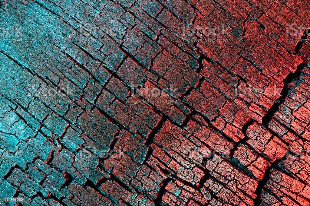 Verkohltes Holz Textur, gemalt mit Licht, rot und Türkis. – Foto