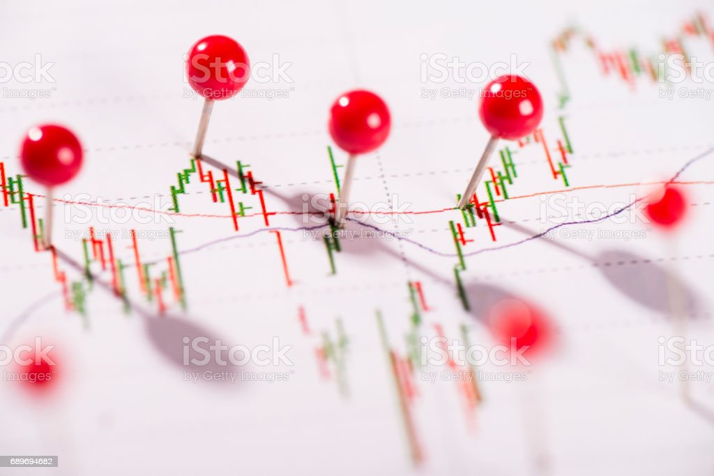 Diagramm mit Aktienkurs und Pinnnadeln stock photo