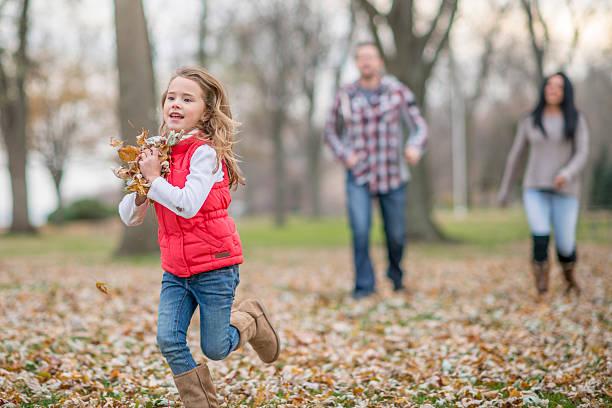 verfolgen jede andere mit blätter - kinder winterstiefel stock-fotos und bilder