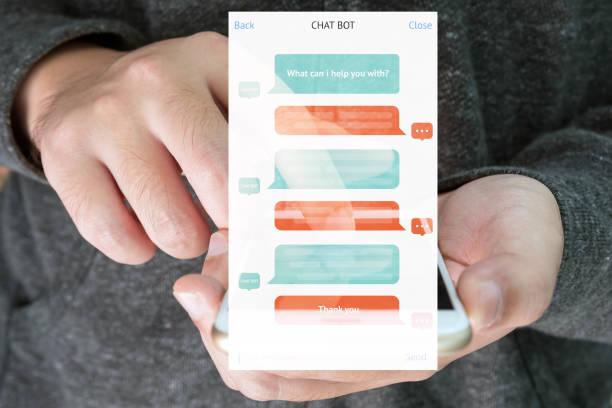 chat bot et futur concept marketing, écran message chatbot automatique avec main fond téléphone portable - chatbot photos et images de collection