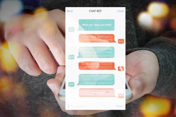 chat bot et futur concept marketing, écran message chatbot automatique avec la main qui tient le téléphone mobile bokeh fond - chatbot photos et images de collection