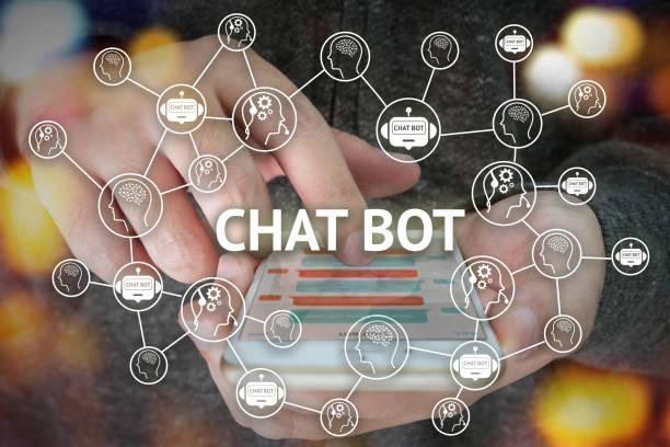 chat bot et futur concept marketing, chatbot connecter les icônes avec la main qui tient le téléphone mobile et popup d'icônes sur l'écran du smartphone. - chatbot photos et images de collection
