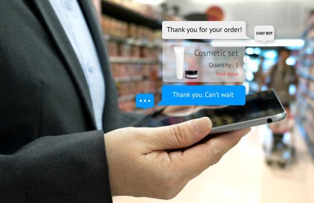 chat bot et le concept de marketing futur. main de client sur tablette pour les cosmétiques ensemble ordre et popup sur l'écran de la tablette avec écran de message automatique chatbot, fond de commerce de détail de supermarché - chatbot photos et images de collection